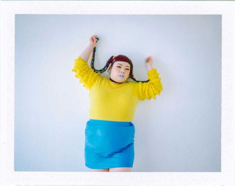 黃色長袖上衣、藍色迷你裙,both by Punyus