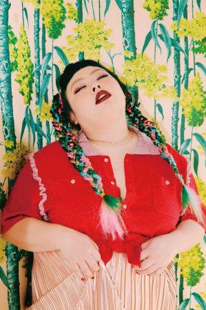 紅色 Polo 衫、金屬質感百褶長裙,both by Punyus