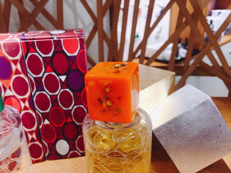 橘色的這一款,以日本和服為靈感來創作,瓶蓋則是項錬的珠扣概念。