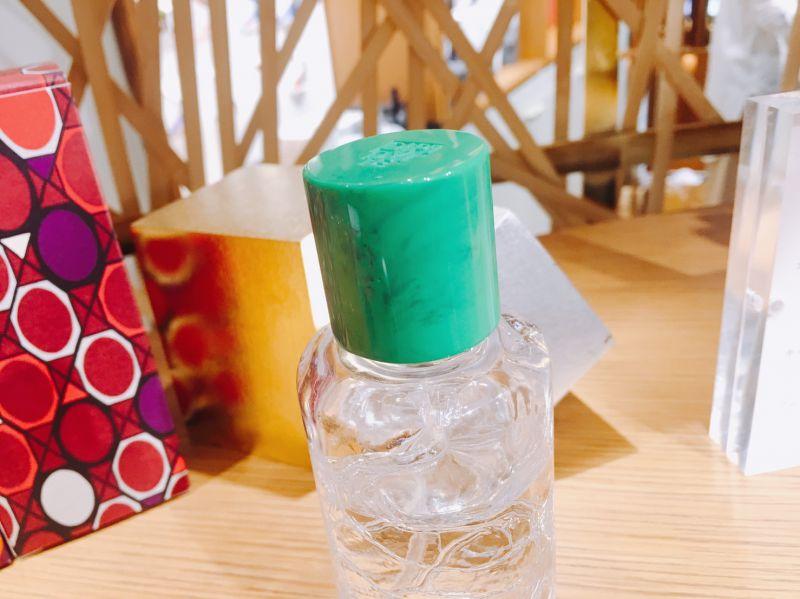綠色的瓶蓋則是以Diptyque34號創始店為靈感,所以問的到懷舊的老氣味,綠色的瓶蓋就是34號店內的窗簾顏色。