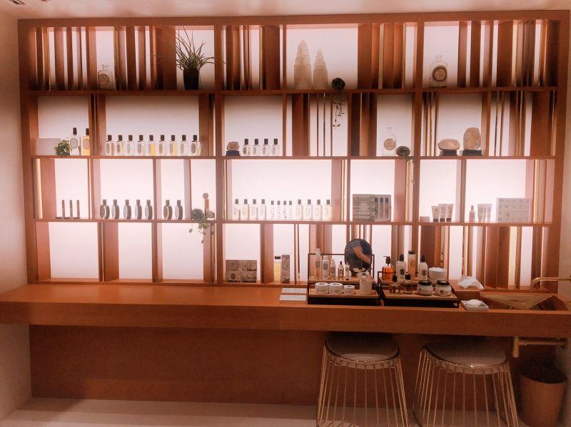 木質的產品陳列 微光從櫃子透出來 充滿日式風格