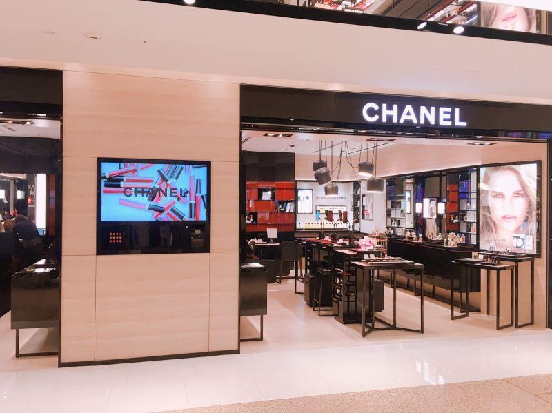 全球第一座香奈兒唇膏自動販賣機具超人氣話題。