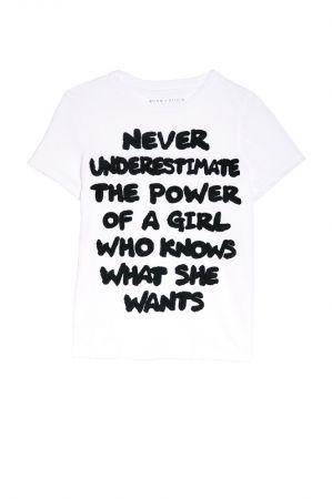 .OK第一款標語寫上「never underestimate the power of a girl who knows what she wants (不要低估一個有主見的女孩的力量)」,售價$5,500