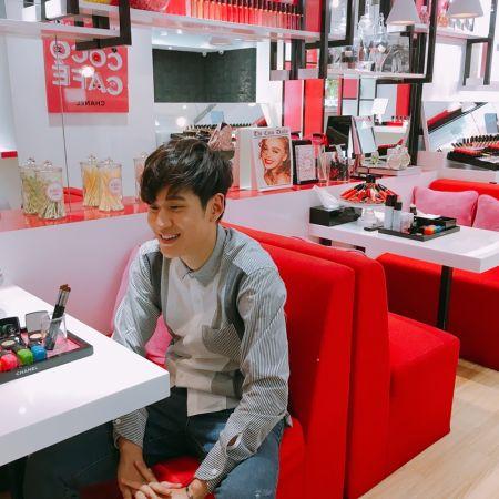 周興哲現身 COCO CAFÉ 香奈兒美妝快閃店。