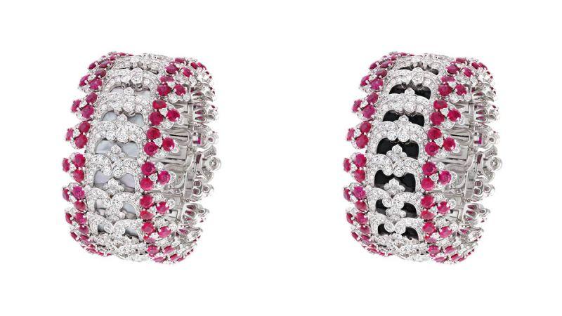 DENTELLE SECRÈTE 手鐲白K金、鑽石、紅寶石、縞瑪瑙、白色珍珠貝母。手鐲鑲嵌鑽石及圓形紅寶石,珠寶結構令阿拉伯式網狀花飾重現透視蕾絲的效果。透過別出心裁的滑動裝置,網狀細工下的縞瑪瑙可轉換成白色珍珠貝母。