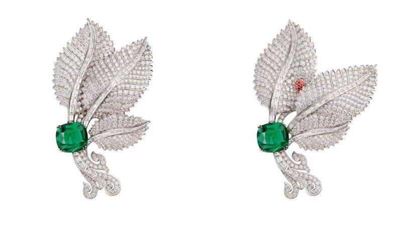 CACHETTE DES COCCINELLES 胸針白K金、鉑金、玫瑰金、黑色及紅色尖晶石、一顆10.17克拉枕形切割祖母綠(贊比亞)。移動中央葉片,即揭露瓢蟲的藏身之處,仿佛是佩戴者的一個小秘密。