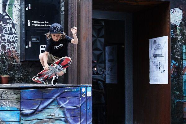 弟弟Ocean在路上看到這個高台便想嘗試一個滑板動作,失敗了再重來,我們陪著他一起直到他完成動作