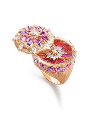 Viva Arte主題戒指,玫瑰金鑲嵌紅色尖晶石、紫色藍寶石及鑽石,羽毛細工鑲嵌工藝。