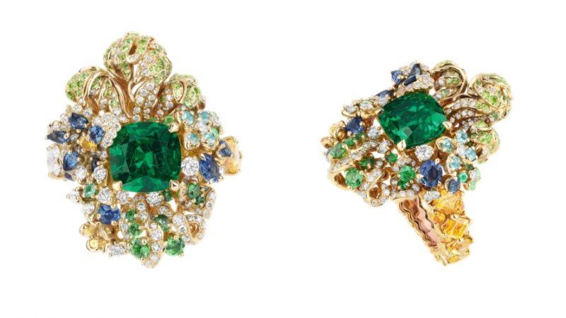 BASSIN DES NYMPHES祖母綠戒指_黃K金、鑽石、祖母綠、黃色剛玉、藍寶石、沙弗萊石、翠榴石、帕拉依巴碧璽,NT$ 9,000,000。