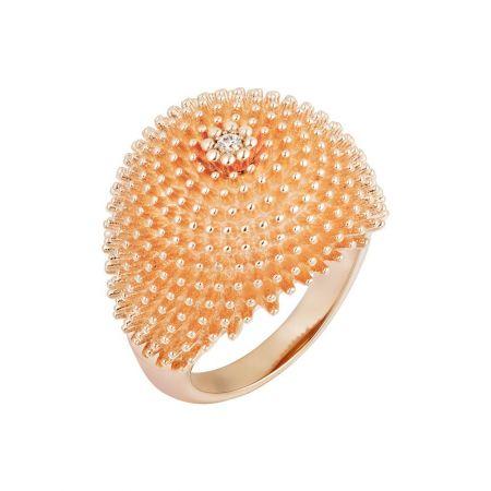 創新出眾的單鑽戒指,中央主鑽與戒身合而為一,其豐盈造型的靈感源自五、六十年代的雞尾酒戒指。Cactus de Cartier鑽石戒指玫瑰金,鑽石。參考價格約NT$ 176,000