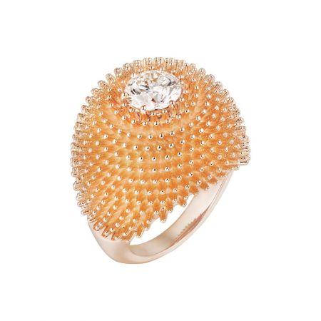 創新出眾的單鑽戒指,中央主鑽與戒身合而為一,其豐盈造型的靈感源自五、六十年代的雞尾酒戒指。Cactus de Cartier單鑽戒指玫瑰金,鑲嵌1.31-1.35克拉的圓形明亮式切割鑽石。參考價格約NT$ 1,300,000起