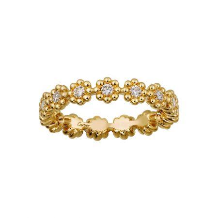 柔美綻放於指間的花朵式鑲嵌戒指。Cactus de Cartier戒指黃K金,鑽石。參考價格約NT$ 108,000