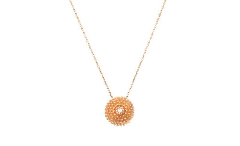 這款飾以仙人掌球冠的項鍊能夠自由調節,隨意改變長短。Cactus de Cartier項鍊玫瑰金,鑽石。參考價格約NT$ 130,000
