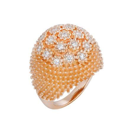 花朵式鑲嵌鑽石簇擁花冠,令戒指的弧形頂部更為光彩耀目。Cactus de Cartier鑽石戒指玫瑰金,鑽石。參考價格約NT$ 650,000