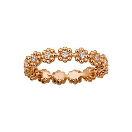 柔美綻放於指間的花朵式鑲嵌戒指。Cactus de Cartier戒指玫瑰金,鑽石。參考價格約NT$ 108,000