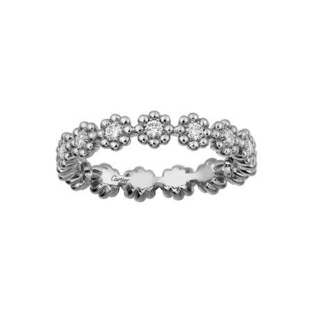 柔美綻放於指間的花朵式鑲嵌戒指。Cactus de Cartier戒指白K金,鑽石。參考價格約NT$ 115,000