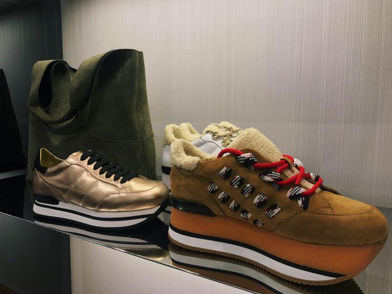 今年秋冬加入登山靴釘釦與粗棉繩鞋帶,增添鞋款亮點,同時也推出高筒靴款式,充滿時髦又寫意的戶外氛圍。