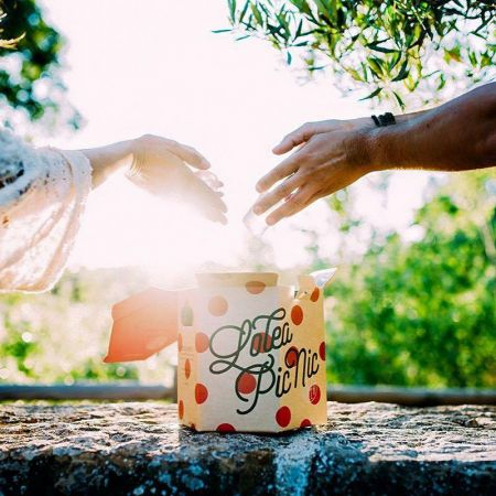 Mini野餐組,六角防水紙盒就是一個冰桶,裡面包含8瓶Lolea Mini、Lolea硬質塑膠杯&吸管8組及一個原廠開瓶器
