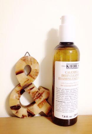 很奇怪,不管任何季節或狀況,當肌膚不適敏感時,使用這瓶「Kiehl's金盞花植物精華潔面泡泡凝露」,就能幫助肌膚安然度過,擠出來時的凝膠非常濃稠,少量加水就可以雙手打出豐盈細緻泡沫,塗在臉上時,透過細緻的泡沫就像為肌膚做spa,洗完也不會緊繃,剛剛好的舒適度,是一種享受,任何膚質都適合。推薦者:Marie Claire美容健康總監 忻潔
