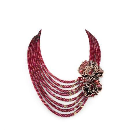 Aria Passionata可轉換項鍊:由玫瑰金製成,鑲有三粒橢圓形切割鐵鎂鋁石榴石(分別重16.28、14.25和10.96克拉),三粒弧面型切割紅寶石(分別重6.25、4.89和3.15克拉,產自東非)。