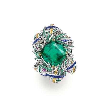 Pastorale Anglaise 戒指:由白金、黃K金製成,鑲有一粒枕形切割翡翠綠祖母綠(重11.74克拉,產自哥倫比亞穆索礦)。