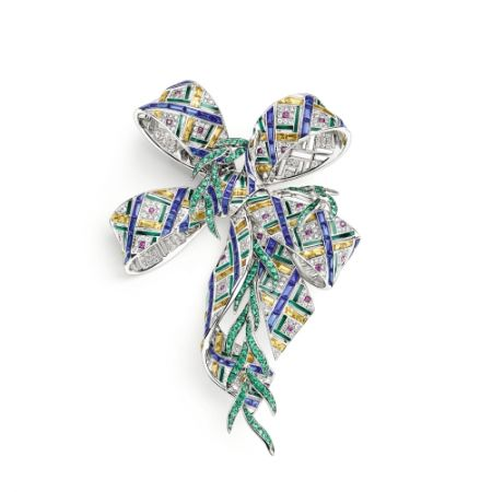 Pastorale Anglaise胸針:由白金製成,鑲有多粒圓形紅寶石和祖母綠,長階梯形切割藍寶石和黃色藍寶石,以及明亮式切割鑽石。