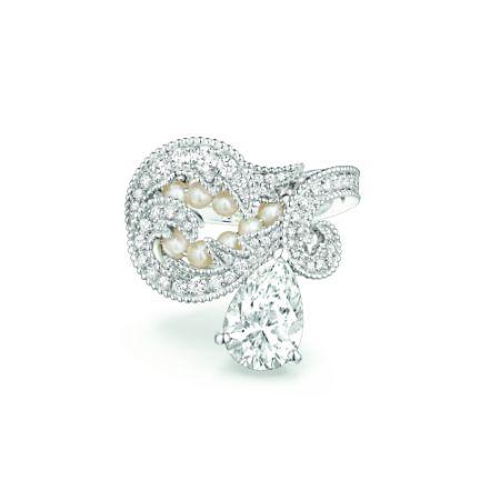 Valses d'hiver戒指:由白金製成,鑲有一粒水滴形切割D IF鑽石(重2.02克拉),多粒精美天然珍珠和明亮式切割鑽石。