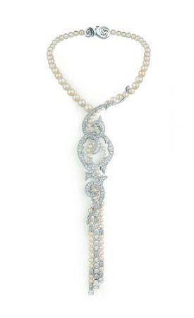 Valses d'hiver可轉換項鍊:由白金製成,鑲有一粒水滴形切割D VVS1鑽石(重2.01克拉),11粒圓形E VVS鑽石(每粒重0.70克拉),多粒精美天然珍珠和明亮式切割鑽石。