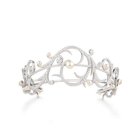Valses d'Hiver冠冕:由白金製成,鑲有兩粒明亮式切割E VVS鑽石(總重2.90克拉),圓形E VVS鑽石(各重約為0.35和0.65克拉) ,多粒白色養殖珍珠(產自南太平洋和Akoya),以及明亮式切割鑽石。