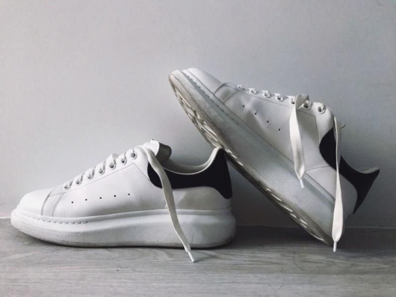 本身是業餘網紅的編ig&粉專大概每5封私訊就有一封是請問那雙好好看的白鞋是什麼品牌?(沒浮誇) 這邊回答第五百次是Alexander McQueen 它真的超完美✨鞋型窄但鞋底的厚是梯型的關係,讓腿看起來超激瘦!已擁有兩色考慮購入三雙。推薦者:Marie Claire時尚編輯 劉芒