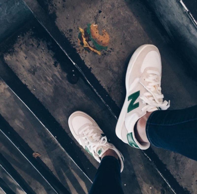風靡韓國街頭的New Balance CRT300,喜歡它有點復古的簡單設計,白色鞋身搭配淺灰麂皮多了視覺層次感,除了綠logo也有藍、紅、黑可以選,穿膩純白鞋款的人挑這雙試試吧!推薦者:Marie Claire數位時尚編輯 Sasha