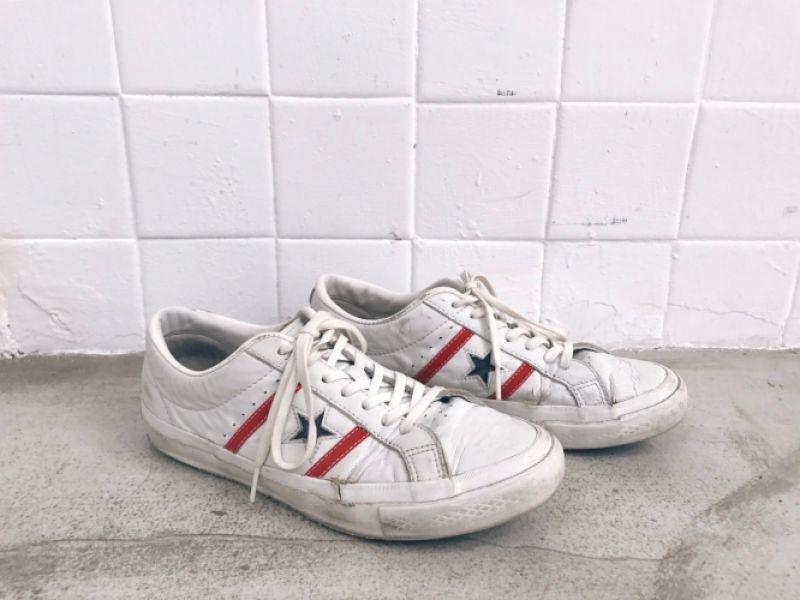白色 Converse 帆布鞋向來是大家心目中的百搭鞋款第一名,但由於琪有雙無敵巨腳,每次穿上淺色系的帆布鞋款看起來就會很像有穿鞋的大雪怪。直到在東京街頭找到這雙白色皮革材質的 Converse One star,硬挺的皮革除了巧妙的修飾了我的大腳板,永不退流行的紅白藍配色,更是有替造型畫龍點睛的效果,就算到天涯海角都想穿著它啊!推薦者:Marie Claire 時尚助理編輯 Pei Chi