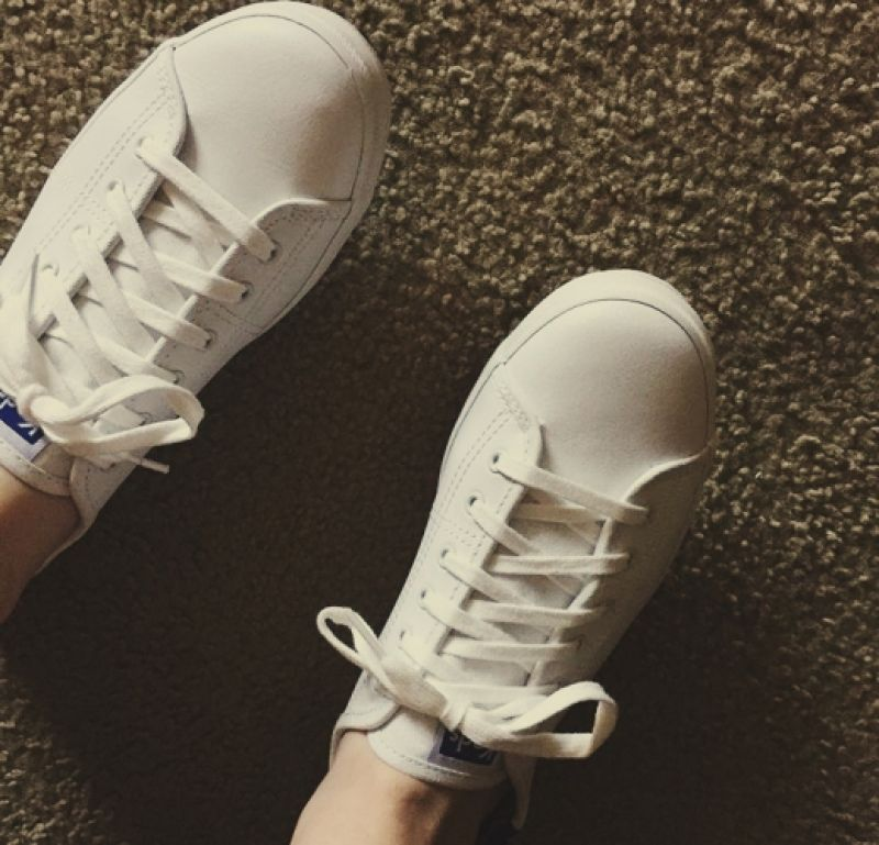 整雙全皮材質的Ked's小白鞋質感超級好,材質和帆布相較之下比較硬挺,對於寬腳板的人有很好的修飾作用,改良過後的鞋底走起來也很舒適,價格也好入手,是最近的新歡。推薦者:Marie Claire資深服裝編輯 Titi