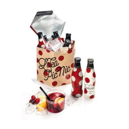 紙盒同時也是冰桶,內部是防水材質可以直接加入冰塊冰鎮8瓶Mini Lolea 200ml,且內附開瓶器、Lolea硬質塑膠杯與吸管,適合享受野餐暢飲的快樂時光。內附:一次性使用的冰桶 * 1/Lolea 紅白點點200ml *各4瓶/Lolea 塑膠杯 * 8個Lolea 塑膠吸管 * 8支/Lolea 開瓶器 * 1個