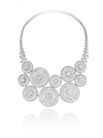 18K白金鑲嵌10顆心形切割鑽石與18K白金63.8克拉梨形切割與明亮式切割鑽石項鍊。