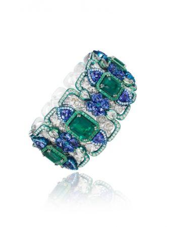 18K白金與鈦金材質鑲嵌7顆梯方形切割28.6克拉祖母綠, 心型切割29.6克拉坦桑石與明亮式切割鑽石戒指。