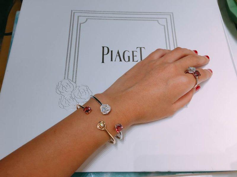 如果喜歡顯眼的風格,可以選擇兩款全新的開口式手鐲,或是鑲嵌有主石(粉紅碧璽)的新款戒指,上頭的玫瑰花瓣以一層層金質疊成,層次分明,做工非常精緻!