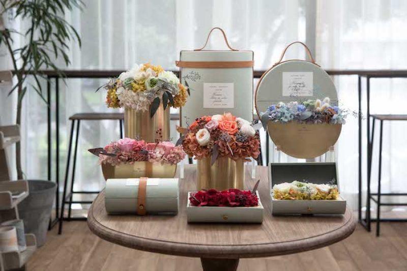 首季永生花禮盒邀請日本花藝師操刀設計,不同於鮮花的直接摘採,每款永生花藝皆透過繁複的處理工序,維持鮮花的顏色同時保留植物的脈絡觸感。