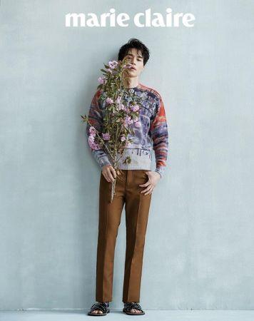 印花針織上衣、深駝色長褲、皮革鉚釘涼鞋,all by Prada。