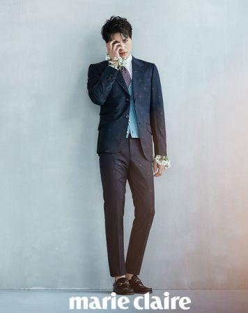 靛藍色蜜蜂裝飾西裝外套、白色襯衫、印花領帶、湖水藍針織背心、蜜蜂裝飾西裝長褲、馬銜鍊便鞋,all by Gucci。