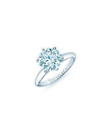 The Tiffany Setting 鉑金六爪鑲嵌鑽石戒指。鑽石主石0.18克拉起,約NT$ 50,000起。