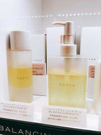 櫃姐介紹THREE平衡潔膚油超人氣商品,在台灣也是必買好貨啊,這裡的訂價約台幣917元。