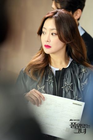 《有品位的她》女主角金喜善唇色為蘭蔻絕對完美唇膏#378(圖片來源JTBC)。