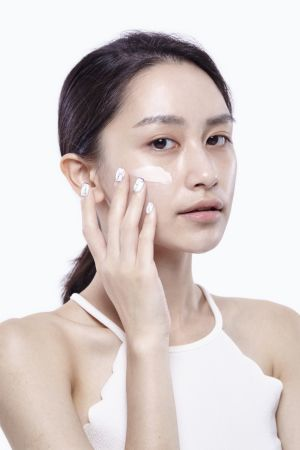 先將零瑕肌密CC飾底霜塗抹在臉上,修飾膚況與提亮膚色。
