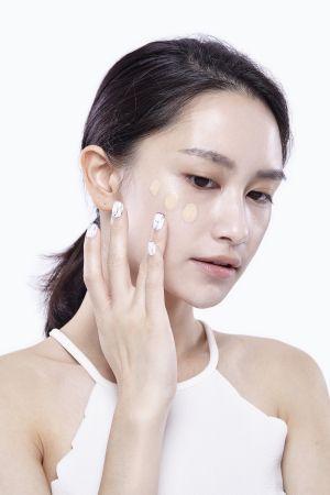 接著再沾取適量的零瑕肌密粉底液,輕薄且均勻地塗滿全臉,完成基礎的上妝步驟。