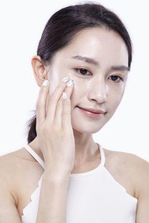 黑眼圈黯沉處少量沾取粉底液,輕薄的以手指按壓在肌膚上,可根據黑眼圈的狀態一層層輕薄的加上修飾,才不會讓遮瑕部分看起來有妝感厚重的感覺。