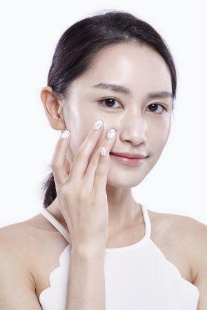 鼻翼與嘴角處的黯沉膚色,也依照遮蓋黑眼圈的方式去輕點按壓即可。