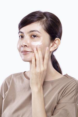 先用具有修飾毛孔與色彩微調粒子的零瑕肌密CC飾底霜來調整膚色狀態。