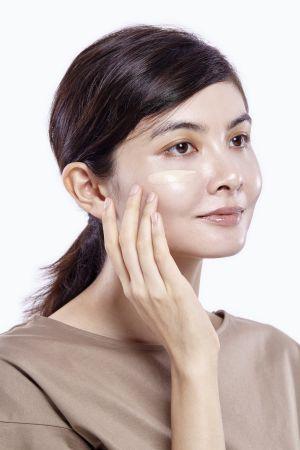 接著再沾取可以輕鬆遮飾毛孔凹凸的零瑕肌密粉底液,輕薄抹在臉上以輕拍方式增加服貼度。
