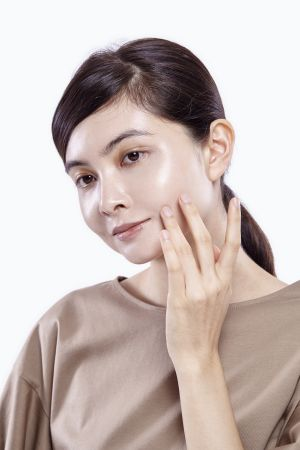 針對痘疤與泛紅部位可以再沾取少量粉底液點上,運用力道較輕的無名指或小指輕點按壓在周邊,層層加強遮蓋瑕疵。